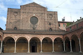 Bologna (Emilia-Romagna, Italy) - Historic church and portico — Stock Photo
