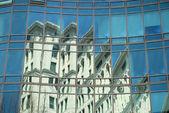 Reflexion einer art-deco gebäude in der büro-fassade — Stockfoto