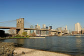 Brooklyn Bridge and the Skyline of Manhattan, New York — Stock Photo