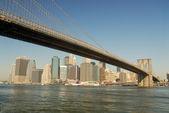 Ponte di brooklyn e manhattan inferiore in background, new york — Foto Stock