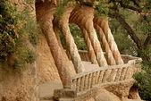 Kolumny zaprojektował antoni gaudi. park guell w barcelonie — Zdjęcie stockowe