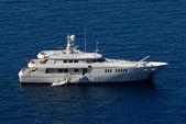 Luxury yacht in harbor of Santorini, Greece — Stock Photo