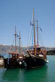 Tradiční plachetnice na ostrov nea kameni v santorini, g — Stock fotografie