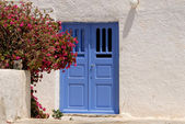 Traditional white house with blue door in Santorini Greece — Stock Photo