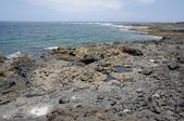 フェルテベントゥラ島、カナリア諸島スペインの海岸の火山の黒い石 — ストック写真