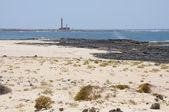 Dunas e farol na costa de fuerteventura, espanha — Foto Stock