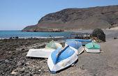 Barche a remi sulla spiaggia di pozo negro, canarie isola di fuerteventura, spagna — Foto Stock
