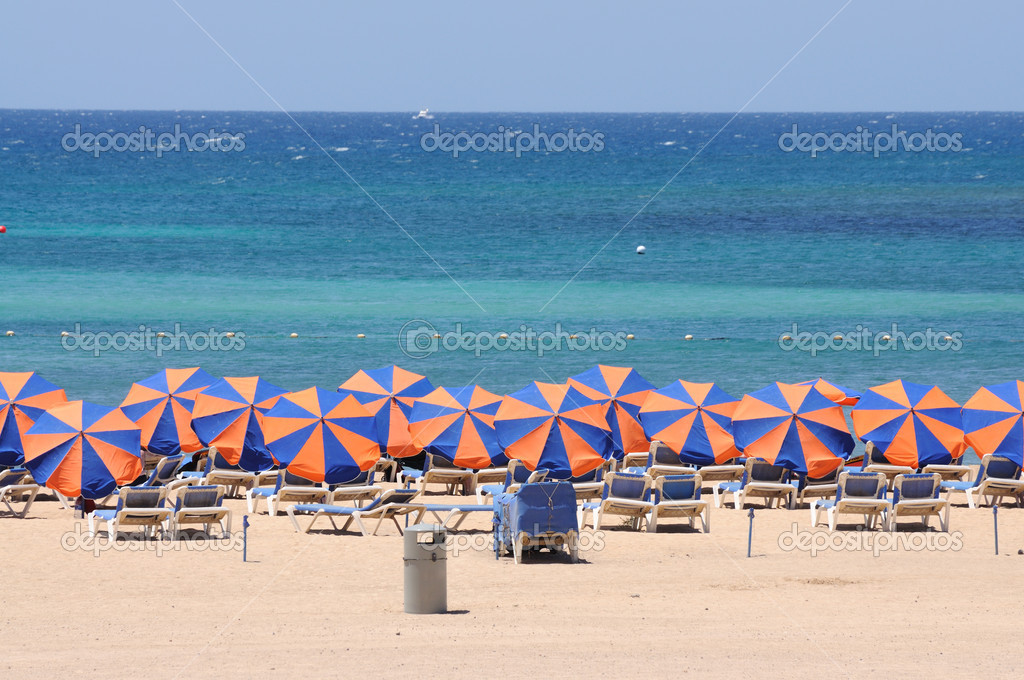 Sun lounger on the beach of Caleta de Fuste, Canary Island Fuerteventura, Spain — Stock Photo #6893402