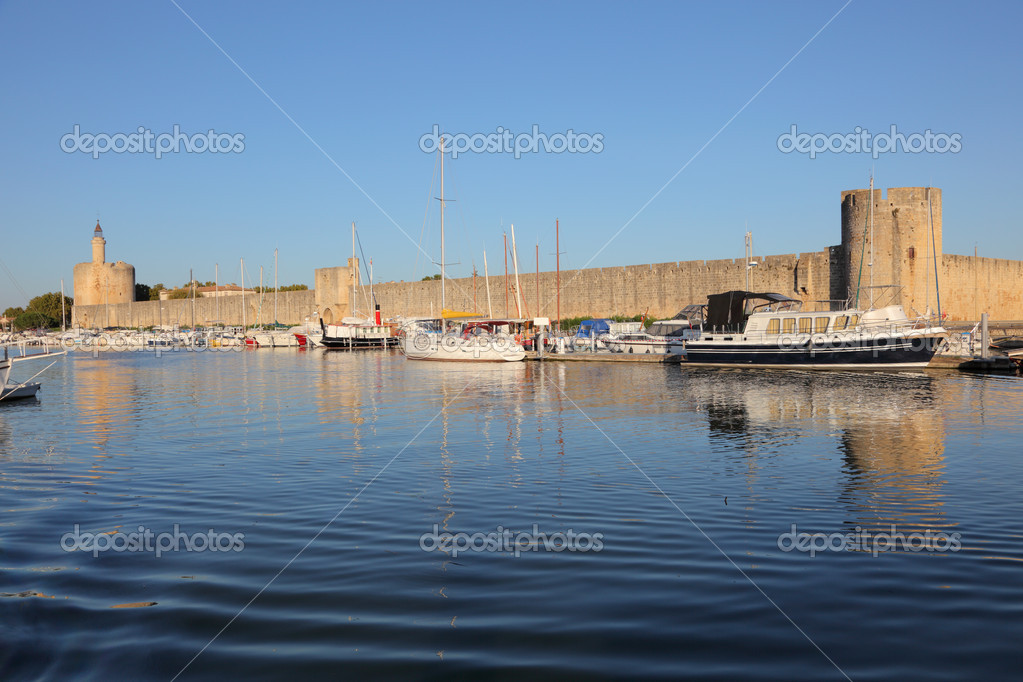 Marina in front of the city walls of Aigues-Mortes, southern France — Stock Photo #7397664