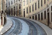 Straat met tram rails in lissabon, portugal — Stockfoto
