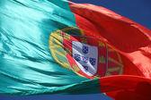 Portugalská vlajka proti modré obloze — Stock fotografie