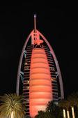 Röda upplysta hotell burj al arab, dubai — Stockfoto