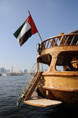 Trä dhow med emirates flagga på dubai creek — Stockfoto