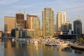 Lodě v dubai marina, Dubaj Spojené arabské emiráty — Stock fotografie