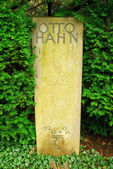 Gravestone of the famous physician Otto Hahn — Stock Photo