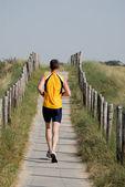 オランダの砂丘の上にジョギング男 — ストック写真