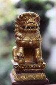 Statua di leone gradini nel tempio a shanghai, cina — Foto Stock