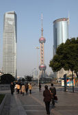 Street scene in Pudong. Oriental Pearl Tower in the background. — Stock Photo