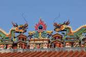 Dragons on the roof of taoist temple in Hong Kong — Stock Photo