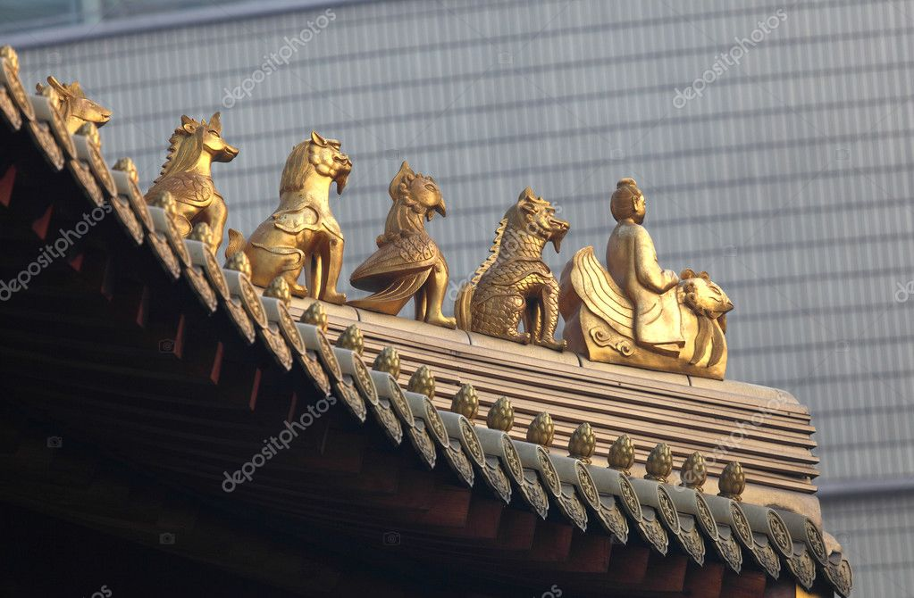Decoration on the roof of Jing'an temple in Shanghai, China — Stock Photo #7911828