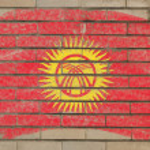 Flagge Kirgistan auf Grunge-Ziegelwand mit Kreide gemalt — Stockfoto