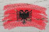 Tebeşir ile boyalı ahşap doku arnavutluk bayrağı — Stok fotoğraf