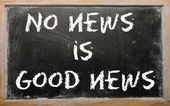 "Proverb ""No news is good news"" written on a blackboard — 图库照片"