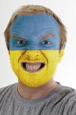 Cara de loco furioso pintadas en colores de la bandera de ucrania — Foto de Stock