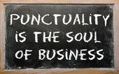 """Provérbio """"pontualidade é a alma do negócio"""" escrito em um preto — Fotografia Stock"""