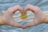 Hjärta och kärlek gest visade händerna över flagga argentina ba — Stockfoto