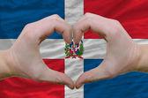 Gesto de amor y corazón demostrado por manos sobre bandera de república dominicana re — Foto de Stock