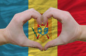 Hjärta och kärlek gest visade händerna över flaggan av moldavien tillbaka — Stockfoto