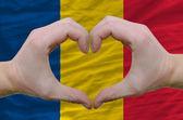 Serce i miłość gestem pokazał przez ręce nad flaga rumunii z powrotem — Zdjęcie stockowe