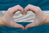 Geste de coeur et d'amour a montré par des mains sur le drapeau du salvador — Photo