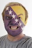 Bosna Hersek renklerde boyanmış deli kızgın adamın yüzü — Stok fotoğraf