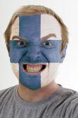 Cara de loco furioso pintadas en colores de la bandera de finlandia — Foto de Stock