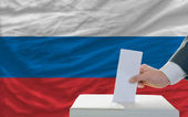 Man voting on elections in russia — Stock Photo