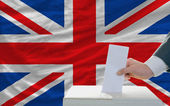 Man voting on elections in great britain — Zdjęcie stockowe