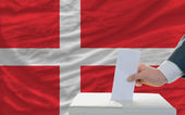 Man voting on elections in denmark — Stock fotografie