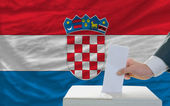 Man voting on elections in croatia — Stockfoto
