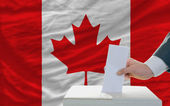 Man voting on elections in canada — 图库照片