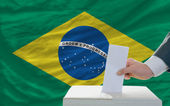 Man voting on elections in brazil — 图库照片
