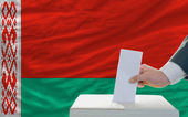 Man voting on elections in belarus — ストック写真