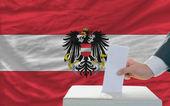 Człowiek głosowania w wyborach w austrii — Zdjęcie stockowe