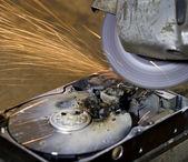 欠陥ハード ディスク ドライブ上のアンギュラー研削盤 — ストック写真