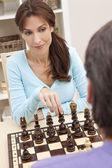 Mooie vrouw schaken met haar man — Stockfoto