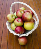 äpplen i korgen — Stockfoto