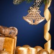 Kerstboom decoraties in sneeuw op blauw — Stockfoto