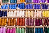 ボックスのミシンのための色のスレッド — ストック写真