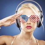 Портрет блондинка модели в золото Купальники и американских вдохновил — Стоковое фото